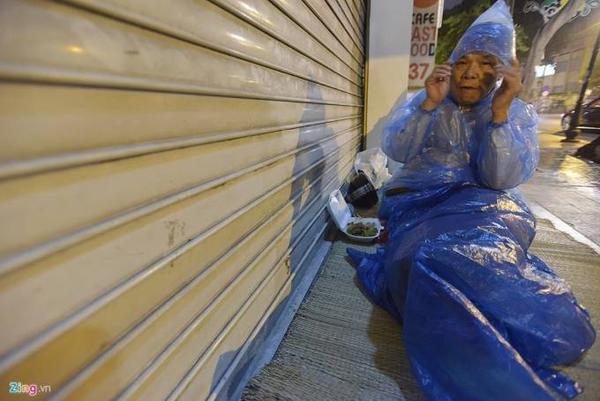 Để chống lại giá lạnh, nhiều người chỉ có tấm áo mưa. Ông Thành, quê Hưng Yên lên Hà Nội chữa bệnh, nhưng do không đủ tiền ở bệnh viện, ông đành ngủ trên vỉa hè.
