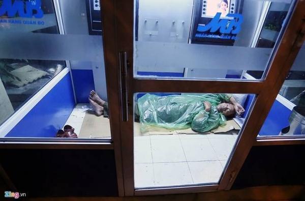 Số khác tìm những nơi chắn gió tốt như trạm ATM để ngủ qua đêm. Họ chủ yếu là những lao động thời vụ đến từ các tỉnh Hưng Yên, Bắc Giang, Thanh Hóa...