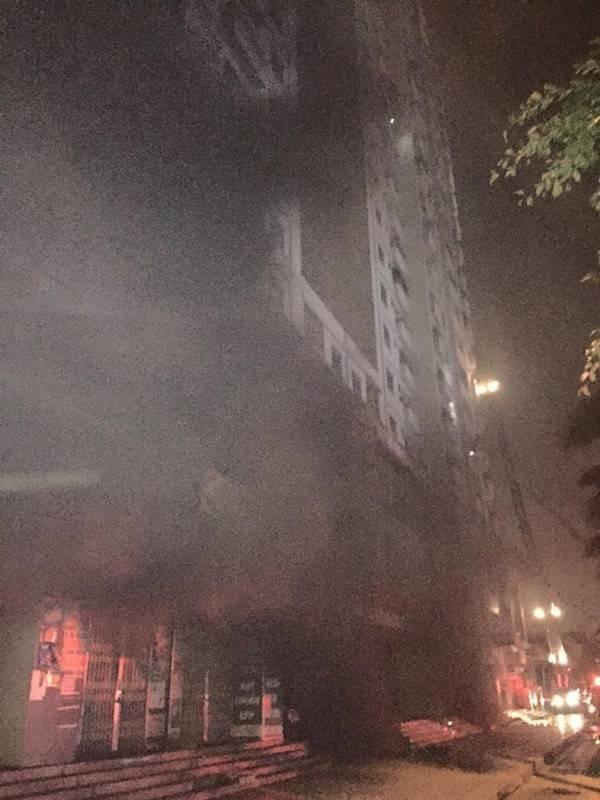 Hình ảnh cột khói đen bốc lên từ tầng hầm của toà nhà.