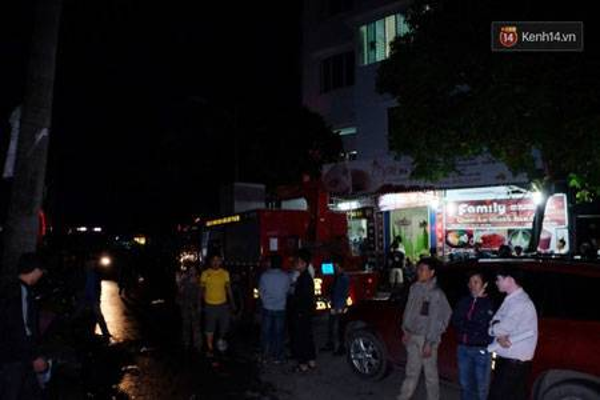 Nhiều người dân hiếu kỳ vây quanh ngôi nhà chung cư bị cháy tầng hầm.