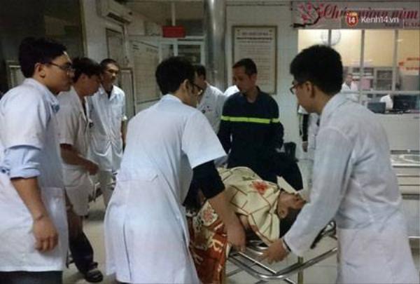 Các bác sĩ Bệnh viện quân đội 103 tích cực cứu hộ các nạn nhân bị thương.
