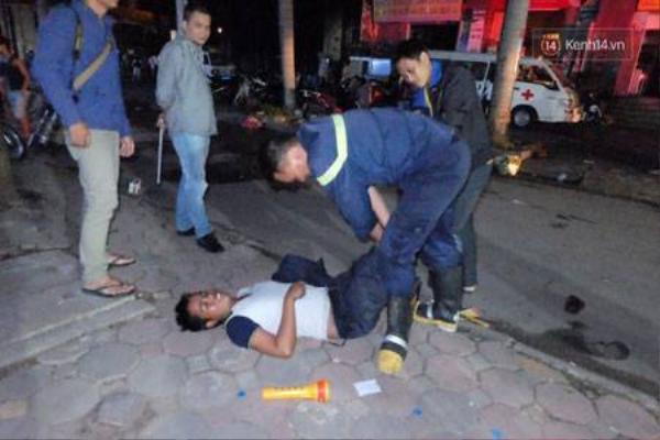 Một cảnh sát PCCC bị chuột rút trong lúc ứng cứu.