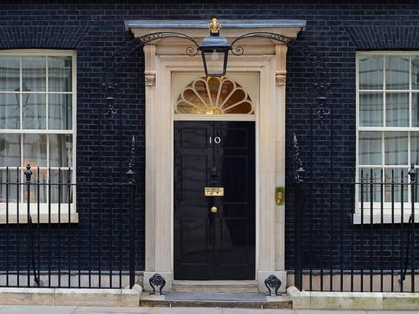 Thủ tướng Anh sống ở số 10 phố Downing. Hiện tại, thủ tướng David Cameron đang ở đây cùng gia đình.