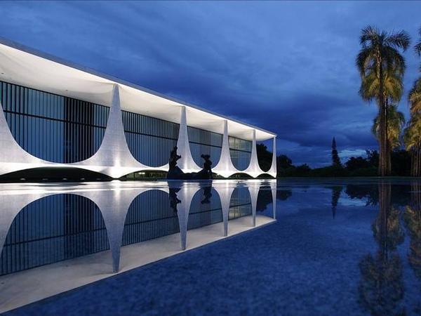 Brazil: Điện Alvorada ở Brasília là nơi ở chính thức của Tổng thống Brazil từ năm 1956, với hồ nước phản chiếu tuyệt đẹp và các tác phẩm điêu khắc của Alfredo Ceschiatti.