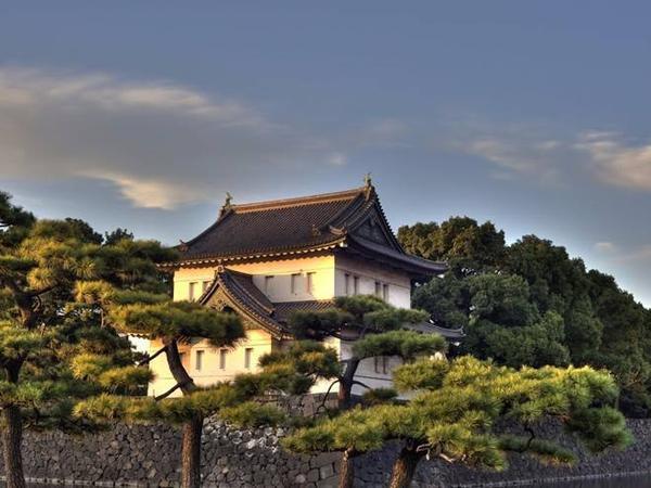 Nhật Bản: Cung điện hoàng gia nằm giữa Tokyo trong một khu vườn rộng với hào nước và tường đá bao quanh. Đây là nhà của Nhật hoàng Akihito và gia đình ông.