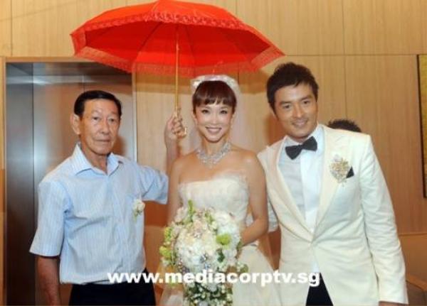 Ngày cưới của họ trở thành đại lễ SIngapore theo một nghĩa nào đó.