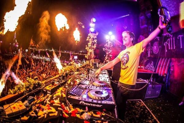 Armin van Buuren có thể chơi nhạc liên tục 12,5 giờ.