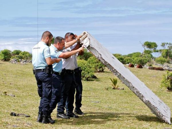 Cảnh sát Pháp khám nghiệm một mảnh vỡ máy bay ở  Saint-Andre, đảo Réunion.