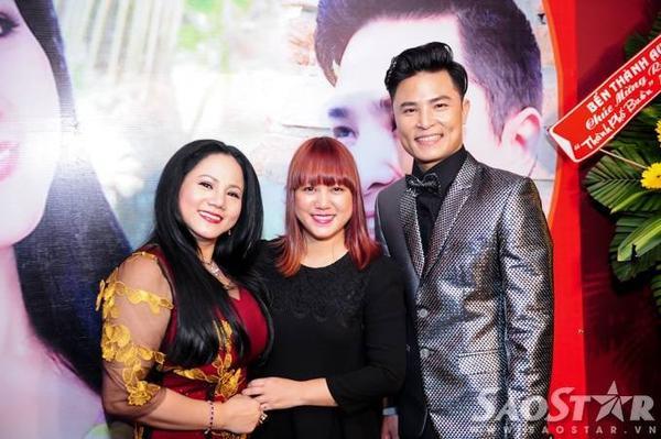 """Ca sĩ Ngọc Linh chụp ảnh cùng hai chủ nhân của sự kiện. Trong buổi họp báo, cô cũng mua ủng hộ """"đàn chị"""" và giọng ca trẻ Ngọc Tùng đến tận 9 album."""