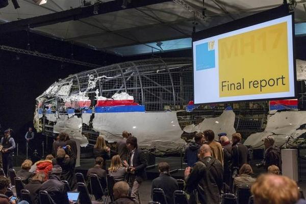 Buổi họp báo của Ủy ban An toàn Hà Lan công bố kết luận chính thức nguyên nhân khiến máy bay MH17 bị bắn hạ là do tên lửa đất đối không BUK của Nga sản xuất.
