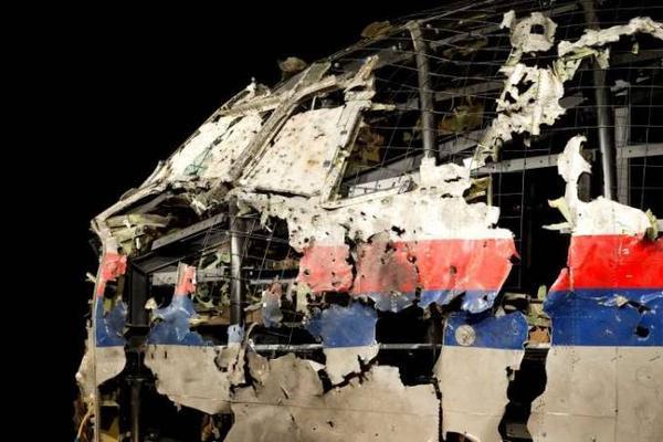Các mảnh vỡ thu thập từ hiện trường được lắp ráp lại và trưng bày trong buổi họp báo tại Hà Lan.