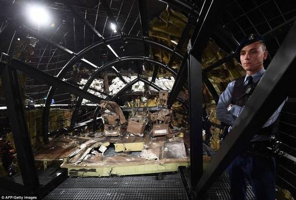 Hiện trạng bên trong buồng lái máy bay sau vụ nổ được dựng lại và trưng bày tại buổi họp báo