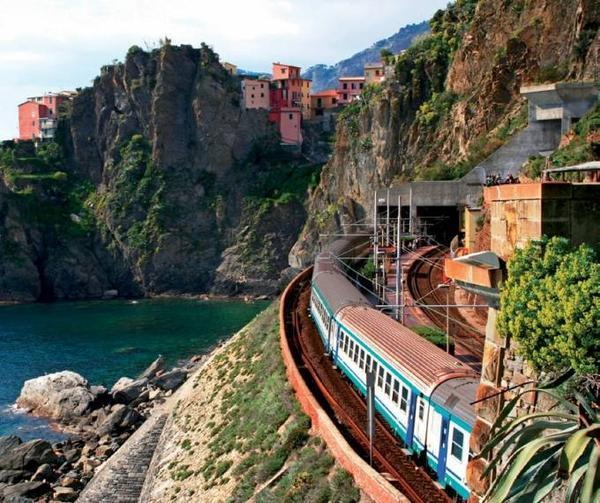Đoàn tàu chạy trên triền núi, một cung đường lãng mạn để vào Cinque Terre.
