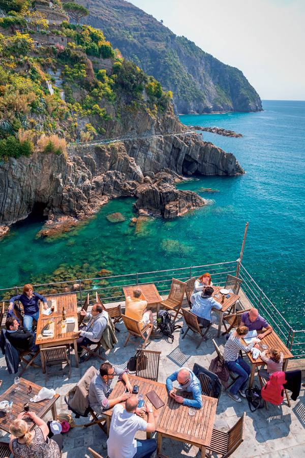 Nhà hàng có tầm nhìn ra biển tại làng Riomaggiore.
