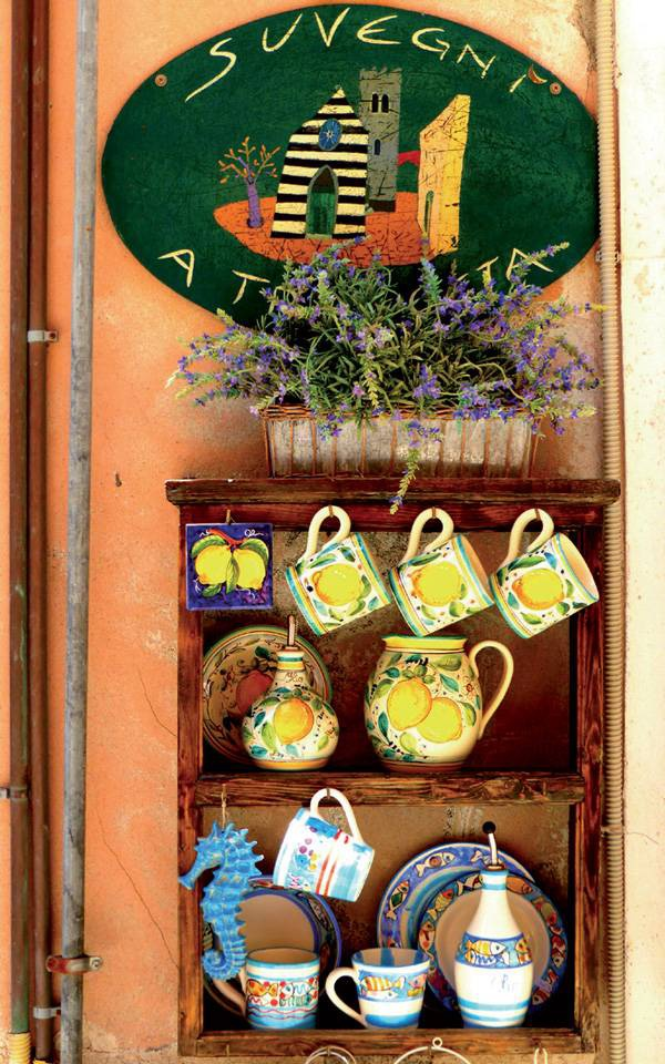 Đồ gốm in hoa văn đặc trưng của vùng này là món quà lưu niệm ưa thích.