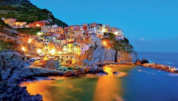 Cinque Terre lộng lẫy trong ánh đèn, đẹp như nàng công chúa ngủ quên.