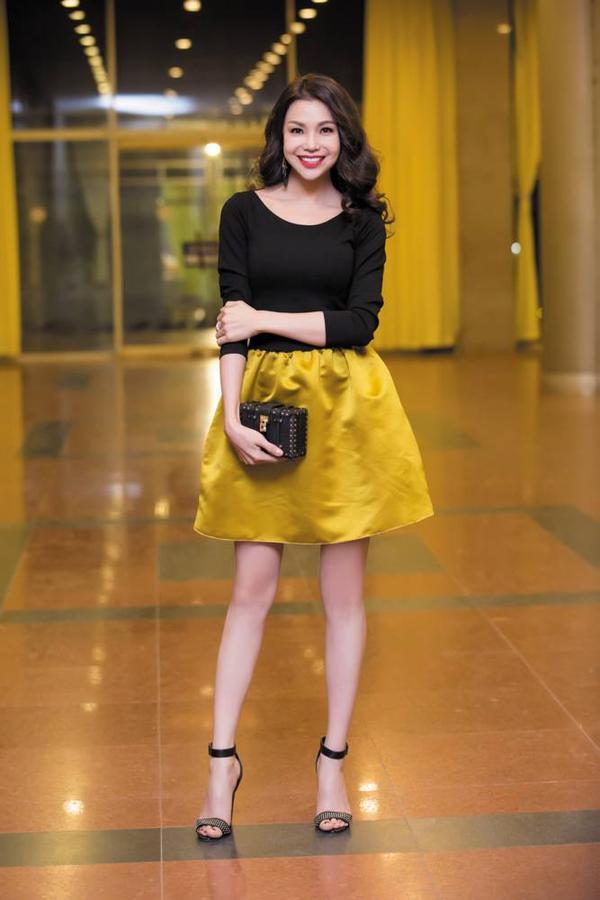 Theo ê-kíp của Trà Ngọc Hằng tiết lộ, bộ trang phục mà cô diện có giá 3.000 USD từ thương hiệu Lavin. Ngoài ra, phần phụ kiện đi kèm cũng được nữ ca sĩ phối hợp rất ăn nhập.