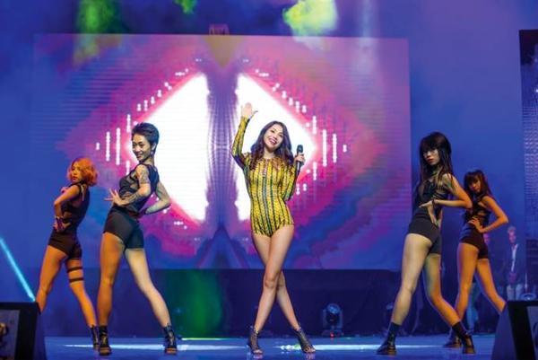 Sau hơn 1 năm, Trà Ngọc Hằng mới trở lại với âm nhạc. Cô chia sẻ, bản thân tiếp tục gửi đến khán giả những sản phẩm được đầu tư hoành tráng, chỉn chu trong thời gian tới. Cụ thể, ngày 19-20/10, người đẹp sẽ tiến hành quay hình MV Yêu tại Long Hải và phát hành vào giữa tháng 11.