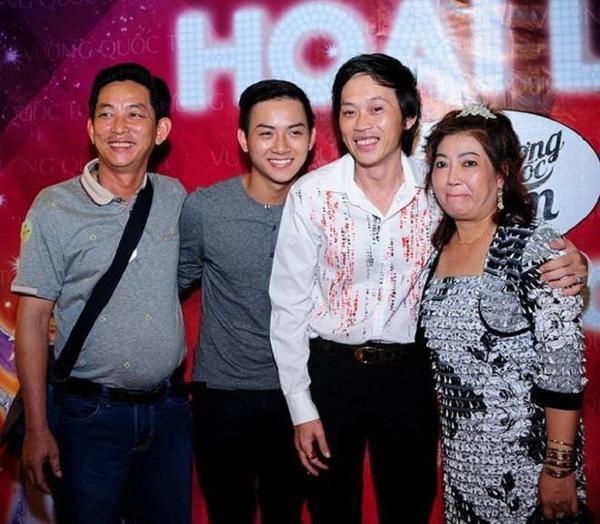 Hoài Lâm may mắn có được sự chăm sóc của cả bố nuôi Hoài Linh và cha mẹ ruột trong sự nghiệp.