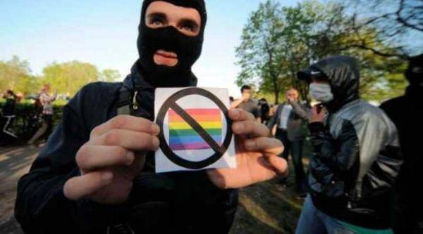 93% người dân Indonesia phản đối cộng đồng LGBT  và luôn có nhiều hành động bạo lực, tấn công những người đồng tính.