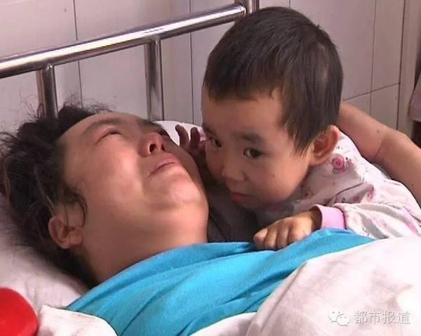 Hai mẹ con chị Vương Hội Tiên trong bệnh viện.