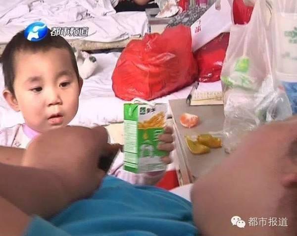 Cô bé Thiến Thiến chăm lo cho mẹ từng bữa ăn giấc ngủ.