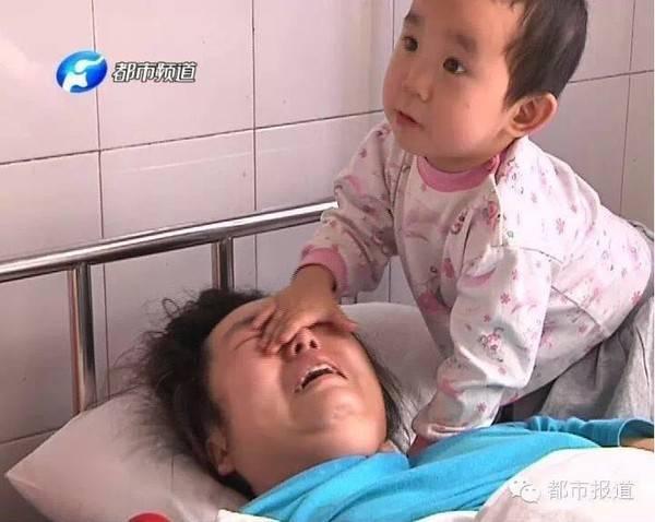 Khi thấy mẹ khóc, cô bé lập tức tìm cách dỗ dành mẹ.