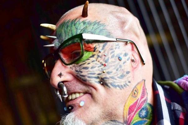 Ted cá tính với cách đeo kính độc nhất trên thế giới - gắn đinh ở phần tai đã bị cắt để đỡ gọng kính.