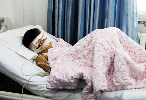 Cậu bé vô tội đã bị mất mắt phải còn mắt trái thì không có nhiều hi vọng có thể thấy lại được ánh sáng.
