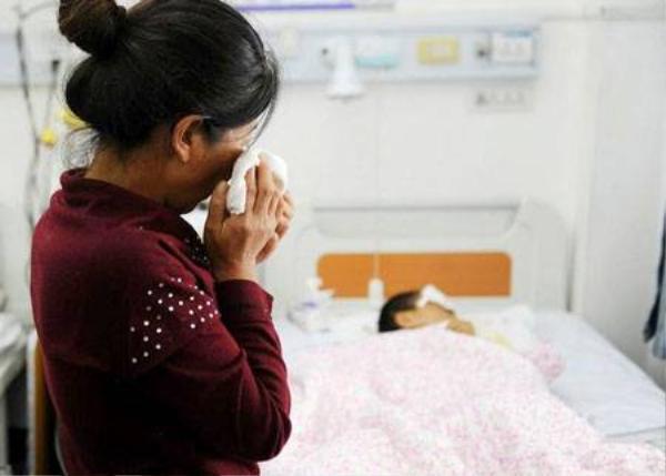 Nhìn con trai nhỏ phải chịu bao đau đớn, mẹ cậu không kìm được nước mắt.