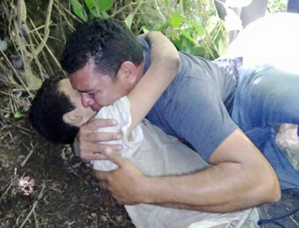 Hai cha con ôm chầm lấy nhau nức nở khi Angel thoi thóp kể lại sự việc.