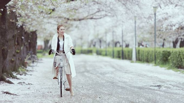 Khi cô đơn em gọi tên anh được viết lời Việt trên bản gốc ca khúc tiếng Nhật mang tên Kokoro no tomo của Mayumi Itsuwa. Với ca từ giản dị, giai điệu bay bổng, Mỹ Tâm hy vọng món quà nhỏ này sẽ làm khán giả thấy thích.