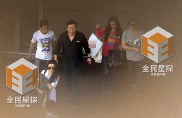 Người đẹp xuất hiện cùng Lý Thần ở sân bay sau khi trở về từ Thanh Đảo.