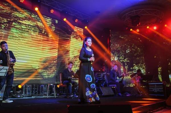 Tối 16/10, tại trung tâm hội nghị Golden Palace (Biên Hòa, Đồng Nai), Khánh Ly nhận được nhiều sự quan tâm từ khán giả khi xuất hiện trong đêm nhạc Như cánh vạc bay cùng 4 danh ca tên tuổi khác gồm: Lệ Thu, Lê Uyên, Tuấn Ngọc và Elvis Phương.
