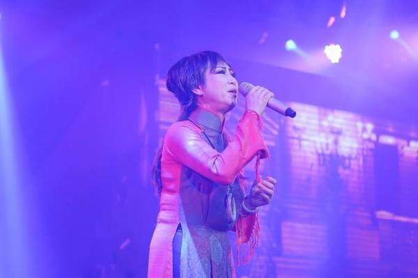 Lê Uyên (Phương) là giọng hát em út trong thế hệ vàng của nền tân nhạc Việt Nam nhưng các sáng tác của cặp đôi nghệ sĩ hạnh phúc này đã trở thành những tình khúc về tình yêu hay nhất suốt nhiều thập niên qua. Nữ ca sĩ trình diễn Vũng lầy của chúng ta, Uống nước bên bờ suối, Dạ khúc cho tình nhân, Cho lầm cuối.