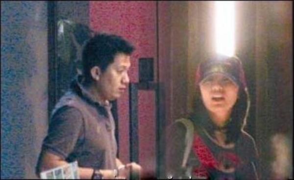 Giả Tịnh Văn từng bị chụp ảnh vào khách sạn với một người đàn ông lạ mặt. Đáng nói khi đó, anh này đã có gia đình còn cô chưa bỏ chồng. Scandal khiến Giả Tịnh Văn sợ sệt paparazzi một thời gian dài.