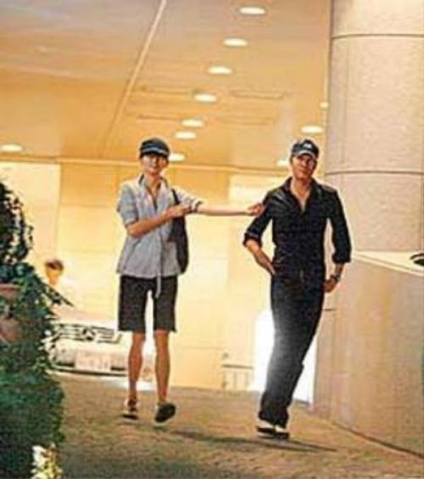 Hồ QUân bị tóm ảnh vui vẻ với một cô gái lạ có gương mặt na ná Thang Duy tại khách sạn sau lưng vợ con.  Vì bê bối này, tài tử công khai xin lỗi vợ trước công chúng.