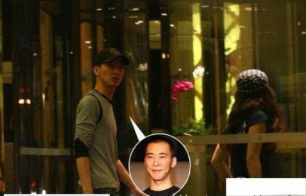 Ca sĩ Đài Loan Hoàng Lập Hành bị tóm ảnh nửa đêm ra vào khách sạn với một cô gái xinh đẹp. Khi đó, báo chí đưa tin anh phản bội bạn gái Từ Tịnh Lôi.