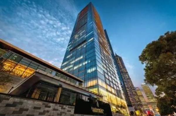 Phía bên ngoài khu căn hộ cao cấp của Huỳnh Hiểu Minh - Angela Baby ở Thượng Hải. Căn hộ tọa lạc bên chung khu tổ hợp khách sạn Bốn Mùa.