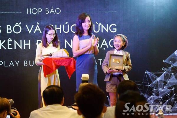 Bé Bảo An nhận nút play mạ bạc từ đại diện Pops Worldwide.