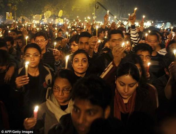 Người dân Ấn Độ tưởng niệm cho cô gái tử nạn sau vụ hiếp dâm năm 2012 gây chấn động nước này. Hai vụ tấn công mới nhất càng làm dấy lên làn sóng giận dữ và hoảng loạn trước tệ nạn bạo lực tình dục gia tăng.