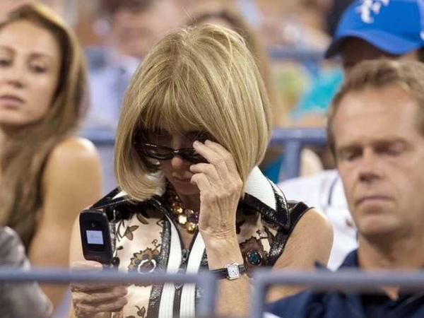 Người đàn bà quyền lực nhất giới thời trang kiêm tổng biên tập tạp chí Vogue - Anna Wintour - được cho là đang sở hữu một chiếc iPhone và một chiếc smartphone của BlackBerry. Tuy nhiên, trong một sự kiện thuộc khuôn khổ giải golf US Open năm ngoái, báo giới phát hiện bà đang sử dụng một chiếc điện thoại nắp gập không rõ nhãn hiệu.