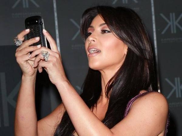 """Dù không còn sở hữu điện thoại nắp gập nhưng người mẫu kiêm diễn viên nổi tiếng người Mỹ Kim Kardashian vốn là một """"con nghiện"""" BlackBerry đích thực. Cô sở hữu tới 3 chiếc điện thoại BlackBerry Bold, trong đó 2 chiếc chỉ dành cho mục đích... dự trữ. Khi 1 trong 3 chiếc Bold này bị hỏng, cô sẽ ngay lập tức mua thêm 1 chiếc khác để bổ sung. Cô chia sẻ: """"Tôi yêu BlackBerry, như thể trái tim và linh hồn của tôi vậy"""". Thậm chí, cô từng nuôi ý định... mua lại hãng BlackBerry để dòng điện thoại yêu thích không bao giờ biến mất. Kim cho biết, cô vẫn dùng 1 chiếc iPhone khác để đăng tải các hình ảnh của mình lên mạng xã hội."""