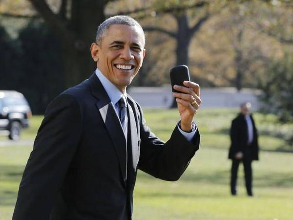 """Luôn đặt tính bảo mật lên hàng đầu, Tổng thống Mỹ vẫn sử dụng chiếc điện thoại BlackBerry để liên lạc, dù ông cũng sở hữu một chiếc iPad. Vào cuối năm ngoái, Tổng thống từng giải thích về việc không sử dụng smartphone: """"Vì lý do an ninh nên tôi không được phép dùng iPhone""""."""