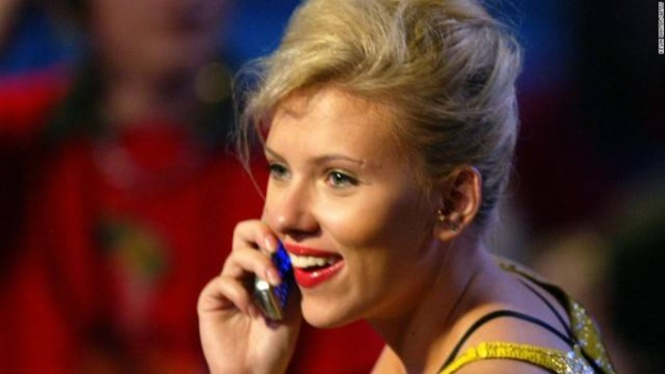 Được biết, nữ diễn viên gợi cảm người Mỹ này đã quyết định chuyển sang dùng điện thoại nắp gập là vì vào năm 2012, địa chỉ email của cô đã bị tin tặc tấn công vì chế độ bảo mật sơ hở của chiếc smartphone cô đang dùng. Đây cũng chính là nguồn cơn cho scandal ảnh nóng của hàng loạt các ngôi sao giải trí, trong đó có Scarlett Johansson.
