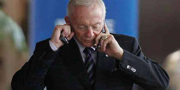 """Là ông chủ của đội bóng bầu dục Dallas Cowboys, Jerry Jones đang sở hữu khối tài sản lên tới 3 tỷ USD. Thế nhưng hiện tại, ông vẫn trung thành với một chiếc điện thoại nắp gập bởi tính bảo mật tối đa của nó. Khi được hỏi về việc tại sao ông sở hữu một sân vận động có giá trị 1,2 tỷ USD nhưng vẫn dùng chiếc điện thoại từ thời """"đồ đá"""", Jerry Jones nói đùa: """"Bạn không thể cùng lúc có mọi thứ được. Đây chính là cách giúp tôi có được một sân vận động trị giá 1,2 tỷ USD đấy""""."""