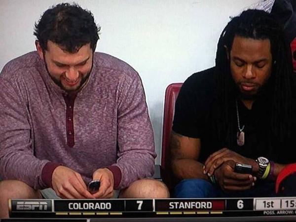"""""""Nó vẫn giúp tôi nhắn tin và nghe gọi bình thường, tôi chỉ cần có thế"""", thành viên có tiếng của đội bóng bầu dục Colts (Mỹ) Andrew Luck chia sẻ về chiếc điện thoại nắp gập hiệu Samsung của mình. Được biết, mẫu điện thoại này đã quá """"cổ"""" đến nỗi nhà mạng AT&T đã ngưng bán từ lâu."""