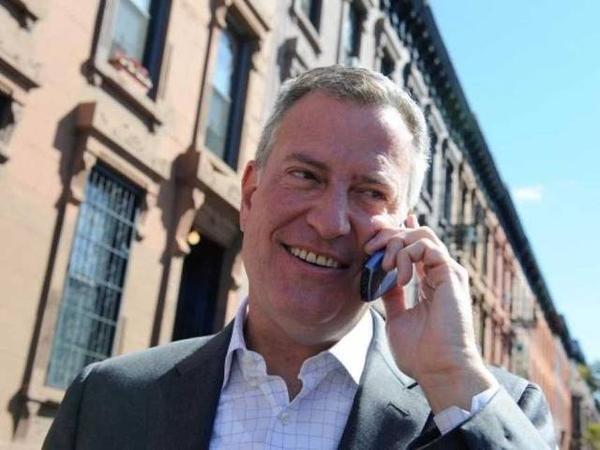 """Được biết, chiếc điện thoại """"cũ mèm"""" mà thị trưởng New York Bill De Blasio đang sử dụng là của hãng Samsung."""