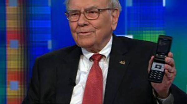 """Trong một buổi phỏng vấn với đài truyền hình CNN, để mô tả mức độ... già nua của chiếc Nokia nắp gập đang dùng, huyền thoại đầu tư người Mỹ Warren Buffet từng nói vui: """"Chính Alexander Graham Bell (nhà sáng chế điện thoại) đã tặng tôi chiếc điện thoại này đấy""""."""