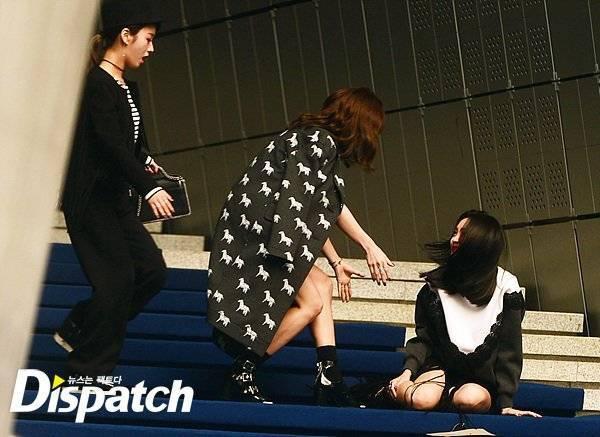 2 người bạn trong nhóm Bomi và Park Cho Rong hoảng hốt trước sự cố của Son Na Eun và mau chóng đến đỡ cô đứng dậy.